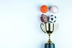 Złoty trofeum, futbol zabawka, baseball zabawka, koszykówki zabawka i Ru, Obrazy Royalty Free