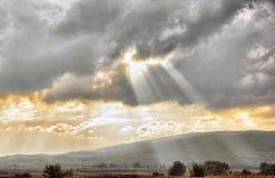 Złoty zmierzch przez chmur nad dramatycznym niebem w krajobrazowy conc Obraz Royalty Free