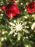z paciorkami boże narodzenie ornamenty, biel i Grają główna rolę na plenerowym drzewie Zdjęcia Stock