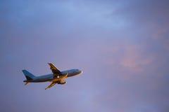 z pasażerskiego zabranie samolotowa ampuła Obrazy Stock