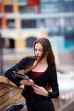 Z pastylka komputerem młoda biznesowa kobieta Zdjęcia Stock