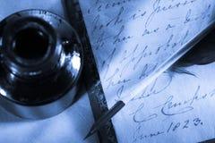 Z piórkiem stara książka Zdjęcia Stock