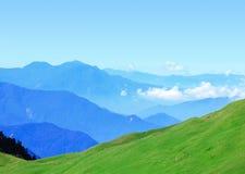 Z pięknym niebieskim niebem zielona góra Fotografia Royalty Free
