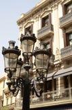Z pięknym starym budynkiem stara latarnia uliczna Zdjęcia Royalty Free