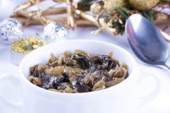 Z pieczarkami tradycyjny polerujący sauerkraut Obrazy Stock