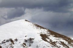 Z piste skłonu i chmurzącego szarego nieba Zdjęcia Royalty Free
