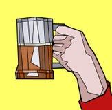 Z piwnym kubkiem mężczyzna ręka Obraz Royalty Free