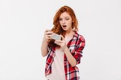 Z podnieceniem ładne młode rudzielec damy sztuki gry telefonem komórkowym Obraz Royalty Free