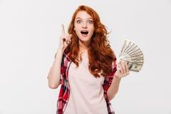 Z podnieceniem ładny młody rudzielec damy mienia pieniądze pomysł Zdjęcie Stock