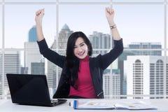 Z podnieceniem żeński przedsiębiorca odświętności sukces Zdjęcie Royalty Free