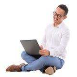 Z podnieceniem Azjatycki męski używa laptop Zdjęcie Royalty Free