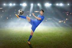 Z podnieceniem azjatykci futbolista pokazuje jego umiejętność Zdjęcie Stock