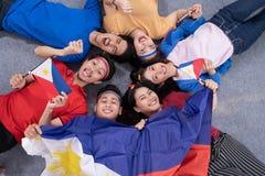 Z podnieceniem azjatykci młody zwolennik trzyma Philippines flagę obraz stock