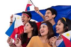 Z podnieceniem azjatykci m?ody zwolennik trzyma Philippines flag? zdjęcie stock