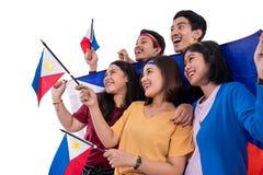 Z podnieceniem azjatykci m?ody zwolennik trzyma Philippines flag? zdjęcia royalty free