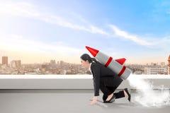 Z podnieceniem azjatykcia biznesowa kobieta na dachu z rakietą gotową latać fotografia royalty free