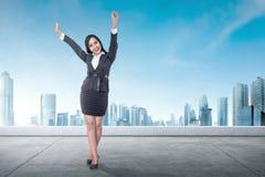 Z podnieceniem azjatykcia biznesowej kobiety pozycja na dachu zdjęcia stock
