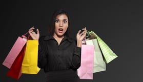 Z podnieceniem azjatykcia kobieta trzyma kolorową papierową torbę świętuje czerń zdjęcia stock