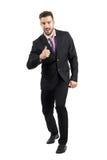 Z podnieceniem biznesmen w kostiumu z kciukiem up gestykuluje uśmiecha się przy kamerą Fotografia Stock
