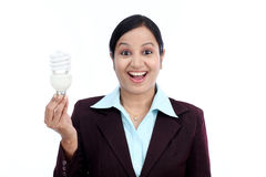 Z podnieceniem biznesowej kobiety mienia żarówka Zdjęcia Royalty Free