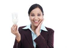 Z podnieceniem biznesowej kobiety mienia żarówka Fotografia Stock