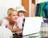 Z podnieceniem blondynki mała dziewczynka i matka Fotografia Stock