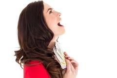 Z podnieceniem brunetka trzyma jej gotówkę Obraz Stock