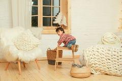 Z podnieceniem chłopiec na krokach indoors obraz royalty free