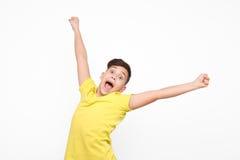 Z podnieceniem chłopiec pozuje z rękami up zdjęcia royalty free