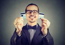 Z podnieceniem długu bezpłatny biznesowy mężczyzna trzyma kredytowej karty cięcie w dwa kawałkach w szkłach zdjęcia royalty free