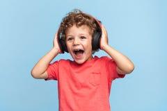 Z podnieceniem dzieciak pozuje w hełmofonach obrazy stock