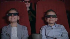Z podnieceniem dzieciaki ogląda kreskówkę w 3D kinie Dzieciństwa pojęcie zbiory