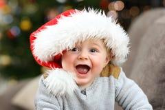 Z podnieceniem dziecko patrzeje ciebie w bożych narodzeniach obraz stock