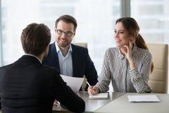 Z podnieceniem HR kierownicy ono uśmiecha się lubić męskiego kandydat do pracy podczas int obrazy royalty free