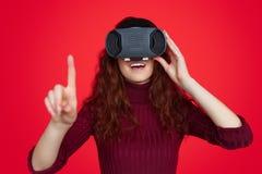 Z podnieceniem kobieta dotyka powietrze w VR szkłach obraz royalty free
