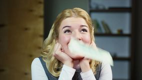 Z podnieceniem kobieta marzy o wygrywać loterię Slowmotion Deszcz pieniądze zdjęcie wideo