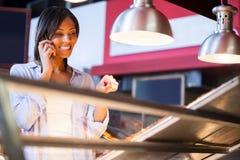 Z podnieceniem kobieta opowiada na telefonie komórkowym Obraz Stock