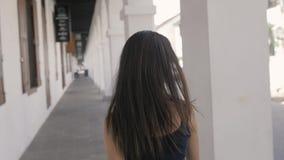 Z podnieceniem kobieta patrzeje zaskakujący i zadziwiający, ono uśmiecha się, przyglądający up Młoda turystyczna backpacker kobie zdjęcie wideo