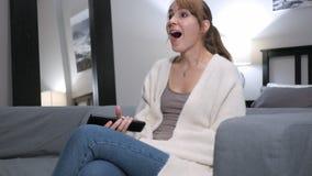 Z podnieceniem kobieta Reaguje sukces, Ogląda TV zdjęcie royalty free
