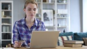 Z podnieceniem kobieta Robi zakupy Online Kredytową kartą, Successsful zapłata zdjęcie wideo