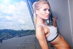 Z podnieceniem kobieta trenuje outdoors Zdjęcie Royalty Free