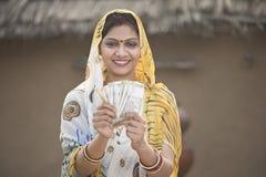 Z podnieceniem kobieta trzyma Indiańskiej rupii krzyczeć i notatki zdjęcia royalty free