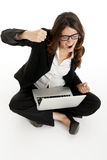 Z podnieceniem kobieta z rękami up wygrany online Obraz Stock