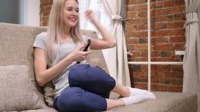 Z podnieceniem kobiety dopatrywania dopasowanie na TV, odświętność sukces zdjęcie wideo