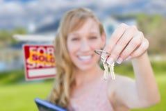 Z podnieceniem kobiety mienia domu klucze i Sprzedający Real Estate Podpisują wewnątrz Fr Obraz Stock