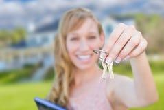 Z podnieceniem kobiety mienia domu klucze przed Ładnym Nowym domem Fotografia Stock