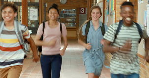 Z podnieceniem kolega z klasy biega w korytarzu zdjęcie wideo