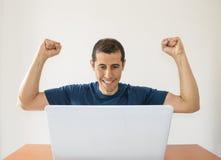Z podnieceniem mężczyzna z laptopem obrazy royalty free