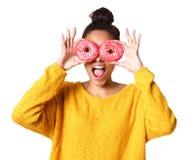 Z podnieceniem młoda afrykańska kobieta zakrywa ona oczy z donuts Zdjęcia Royalty Free