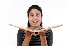 Z podnieceniem młoda kobieta czyta książkę Obrazy Royalty Free